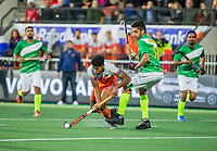 AMSTELVEEN - Terrance Pieters (Ned) met Ammad Butt (Pak)    tijdens  de tweede  Olympische kwalificatiewedstrijd hockey mannen ,  Nederland-Pakistan (6-1). Oranje plaatst zich voor de Olympische Spelen 2020.   COPYRIGHT KOEN SUYK