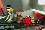 Bert, Tommy, Elmo en Ernie komen de roltrap op. Een deel van de cast van de musical Het Beste van Sesamstraat doet Utrecht Centraal aan tijdens de promotietoer van de voorstelling.<br /> <br /> Bert, Tommy, Elmo and Ernie are entering Utrecht CS. Characters of the musical The Best of Sesame Street are visiting the main train station in Utrecht for promotion.