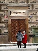 Touristen vor dem Palais Schwarzenberg (tschechisch: Schwarzenbersky palac, auch Lobkovicky palac) auf dem Hradschin-Platz (Hradcanske namestí) der tschechischen Hauptstadt Prag. Am 13. Oktober 1601 nahm Tycho Brahe hier an einem Gastmahl teil und starb einige Tage danach. <br /> <br /> Tourists infront of the Schwarzenberg Palace (Czech: Schwarzenbersky palac and also  Lobkovicky palac) at the Hradschin square in the Czech capital Prague. In this building Tycho Brahe was invited to a supper on the 13th of October 1601 and died a view days later.