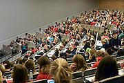 Nederland, Nijmegen, 20-8-2014De eerstejaars studenten rechten aan de Radboud Universiteit krijgen uitleg over hun studie tijdens het college Succesvol Studeren in de grote collegezaal van het nieuwe Grotiusgebouw.FOTO: FLIP FRANSSEN/ HOLLANDSE HOOGTE