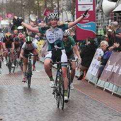 STADSKANAAL (Ned) wielrennen: <br /> De 3e etappe Energiewachttour voerde de rensters langs de Semslinie de denkbeeldige grens tussen Groningen en Drenthe die dit jaar 150 jaar bestaat. Alle gemeenten aan deze linie werden door het vrouwenpeloton aangedaan. Kirsten Wild had vandaag sterke benen in de kopgroep. Na een lange ontsnapping met 8 rensters was de Zwolse het sterkst in de straten van Stadskanaal.<br /> <br /> --COPYRIGHT SPORTFOTO PHOTOAGENCY--