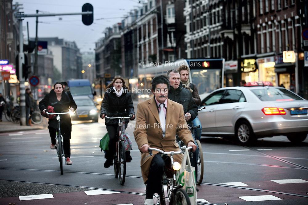 Nederland, Amsterdam , 10 november 2011..Verkeerschaos in de van Woustraat ter hoogte van de Ceintuursbaan. .Fietsen en auto's rijden chaotisch door elkaar..Foto:Jean-Pierre Jans