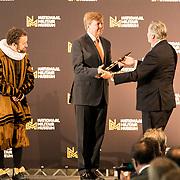 NLD/Soesterberg/20180424 - Koning opent tentoonstelling 'Willem',  Koning Willem Alexander krijgt de baton overhandigt van de heer van Vlijmen