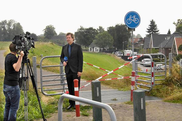 Nederland, Kekerdom,10-9-2012In een woning in het dorpje Kekerdom bij Nijmegen zijn drie doden gevonden. Vermoedelijk zijn ze door een geweldsmisdrijf om het leven gekomen. Ook zijn er wietplanten, mogelijk een wietplantage, aangetroffen in de woning die bewoond werd door een politieman, rechercheur. Een verslaggever van omroep Gelderland maakt zich klaar om verslag te doen.Foto: Flip Franssen/Hollandse Hoogte