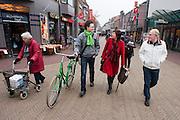 Kandidaat-voorzitter van het CDA Ruth Peetoom (midden) loopt met enkele CDA leden door het centrum van Winterswijk. Peetoom trekt het land in tijdens haar campagne om onder andere te horen wat er speelt bij de leden.