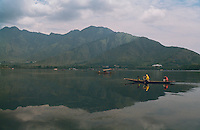 Inde, Cachemire, Srinagar, Shikara sur le lac Dal // Shikara on the Dal Lake, Srinagar, Kashmir, Jamu and Kashmir state, India