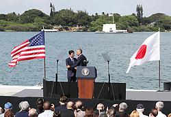 US-Präsident Barack Obama und Japans Premier Shinzo Abe beim Gedenken an die Opfer des japanischen Angriffs auf Pearl Harbor vor 75 Jahren / 271216 <br /> ***Japanese Prime Minister Shinzo Abe (L standing) and U.S. President Barack Obama shake hands at Pearl Harbor in Hawaii on Dec. 27, 2016, after delivering speeches.<br /> ***