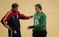 Håndball VM, Tunisia 2005, Nabeul 03/02-2005, <br /> Norge - Spania, <br /> Gunnar Pettersen prøver å gi Steinar Ege noe støtte når han blir tatt av banen,<br /> Foto: Sigbjørn Andreas Hofsmo, Digitalsport
