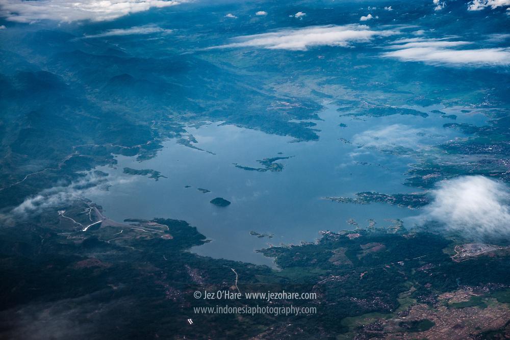 Waduk Jatigede dengan pembangkit listrik tenaga air di Sungai Cimanuk, Sumedang, Jawa Barat, Indonesia. <br /><br />Jatigede dam & hydro electric power station on the Cimanuk River, Sumedang, West Java, Indonesia.