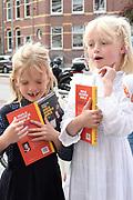 Boekpresentatie Huisje Boompje Buikje - Bastiaan Ragas  in Cafe Gruter, Amsterdam.  De nieuwe verhalenbundel is een pleidooi voor de ouwe lul 2.0<br /> <br /> op de foto:  Leentje en  Fien  Ragas