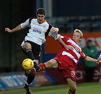 Fotball<br /> England 2004/2005<br /> Foto: SBI/Digitalsport<br /> NORWAY ONLY<br /> <br /> 27/11/2004 <br /> Luton v Doncaster Rovers. Coca-Cola League One. <br /> <br /> Ricky Ravenhill (Doncaster) moves in to tackle Stephen O'Leary (Luton).