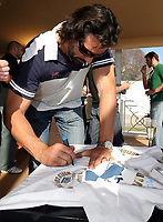 Photo: Paul Thomas/Sportsbeat Images.<br />South Africa Reception at Rugby Town. 21/10/2007.<br /><br />World Cup South African lock Victor Matfield signs autographs at the Heineken rugby village, Paris.