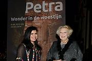 """Opening van de  tentoonstelling 'Petra. Wonder in de woestijn' in het Rijksmuseum van Oudheden in Leiden.<br /> <br /> Opening of the exhibition """"Petra. Miracle in the desert """"in the Museum of Antiquities in Leiden.<br /> <br /> Op de foto / On the photo :  Prinses Beatrix en prinses Sumaya bint El Hassan van Jordanie komen aan voor de opening van de tentoonstelling Petra. / Princess Beatrix and Princess Sumaya bint El Hassan of Jordan arrive for the opening of the exhibition Petra."""