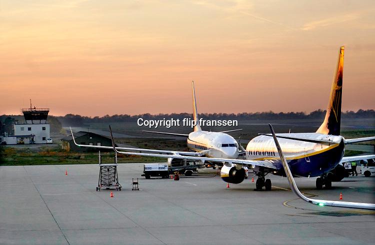 Duitsland, germany,deutschland, Weeze, 14-11-2018 Vlak over de grens van nederland ligt het regionaal vliegveld Niederrhein, Weeze, wat in tien jaar uitgegroeid is tot een belangrijke regionale luchthaven en als thuisbasis fungeert voor prijsvechter, chartermaatschappij Ryanair. In de regio bevindt zich ook vliegveld Dusseldorf. Naast passagiersvervoer wordt er veel luchtvracht vervoerd. Veel nederlanders uit oost gelderland, en noord limburg vliegen vanaf hier. Foto: Flip Franssen