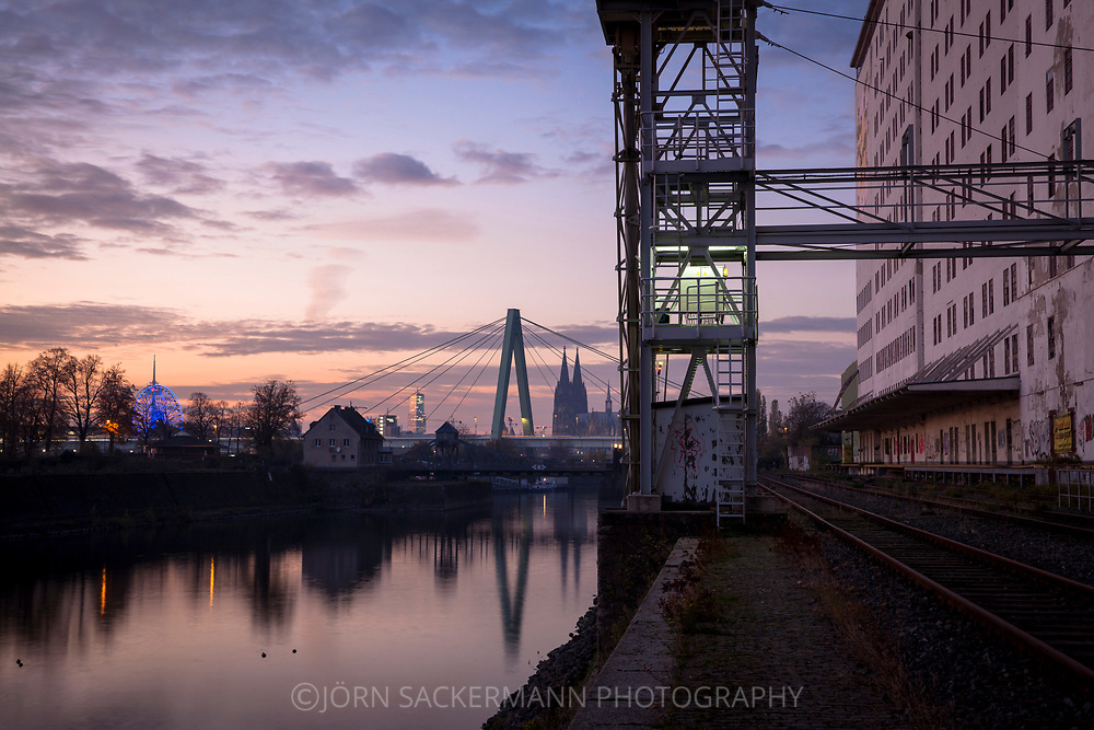 loading station at the Ellmill in the Rhine harbor in the district Deutz, in the background the cathedral and Severins bridge, Cologne, Germany.<br /> <br /> Verladestation an der Ellmuehle im Deutzer Hafen, im Hintergrund der Dom und Severinsbruecke, Koeln, Deutschland.