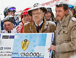 21.01.2012, Hahnenkamm, Kitzbuehel, AUT, FIS Weltcup Ski Alpin, 72. Hahnenkammrennen, Charity race, im Bild v.l.: Formel 1-Zampano Bernie Ecclestone (GBR), Fomel 1-Legende Niki Lauda, Grundbesitzer Dr. Klaus Reisch (AUT) und Immobilien-Tycoon René Benco (AUT) bei der Scheckübergabe // during Charity race of 72th Hahnenkammrace of FIS Ski Alpine World Cup at 'Charity' course in Kitzbuhel, Austria on 2012/01/21. EXPA Pictures © 2012, PhotoCredit: EXPA/ Markus Casna