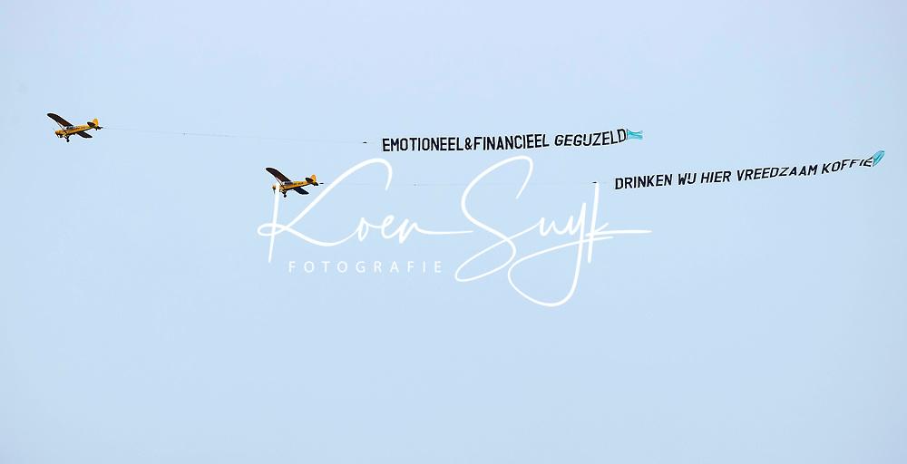 UTRECHT  -   Met vliegtuigen   met daarachter  de tekst Emotioneel & financieel gegijzeld' en 'Drinken wij hier vreedzaam koffie' wordt geprotesteerd tegen de corona maatregelen.    ANP COPYRIGHT KOEN SUYK