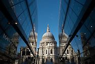 London. UK  Saint Paul cathedral reflected on a mirror building / Londres . La cathedrale saint paul , reflet sur une tour miroir. . Grande Bretagne