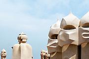 Spanje, Barcelona, 27-5-2007Geheimzinnige, op strijders lijkende figuren op het dak van Casa Mila, La Pedrera, een huis naar een ontwerp van Antonio Gaudi aan de Passeig de GraciaFoto: Flip Franssen/Hollandse Hoogte
