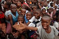 26 SEP 2006, KINSHASA/CONGO:<br /> Kinder waehrend einer Informationsveranstaltung, im Rahmen derer die Bevoelkerung über die EUFOR RD CONGO Mission aufzuklaeren<br /> IMAGE: 20060926-01-135<br /> KEYWORDS: Informationsfahrt, Gespräch, Gespraech, Bevölkerung, Kongo, Afrika, Africa
