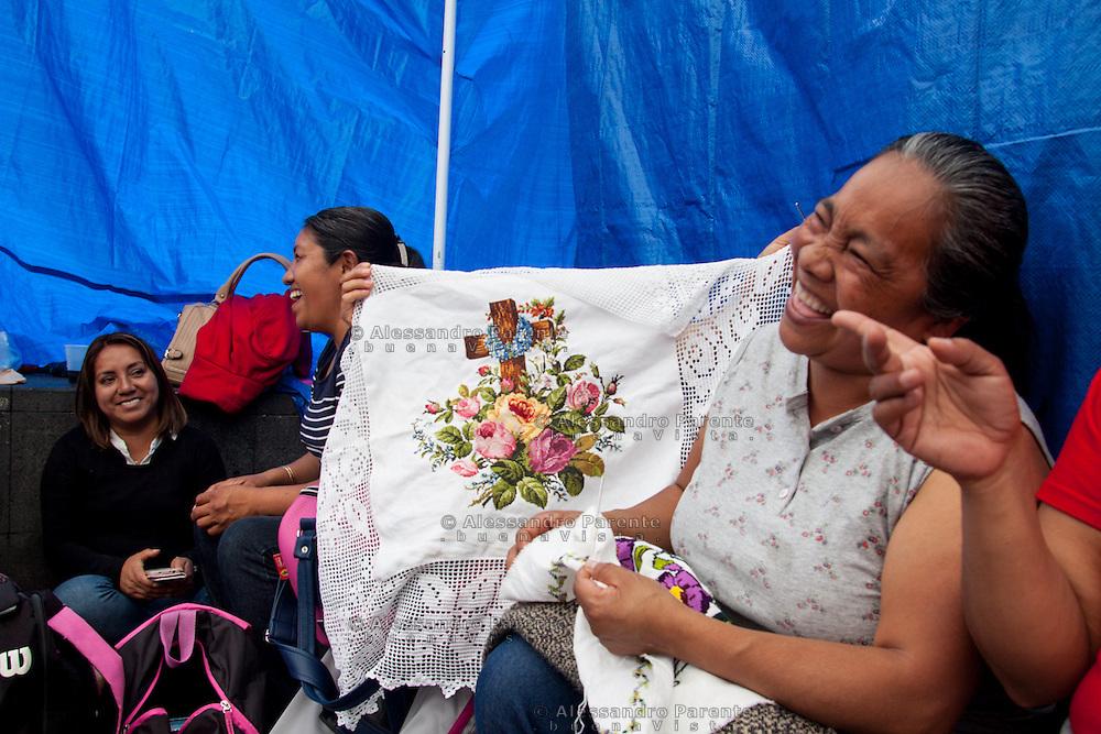 Accampamento nella piazza della cattedrale di Morelia, Michoacan.