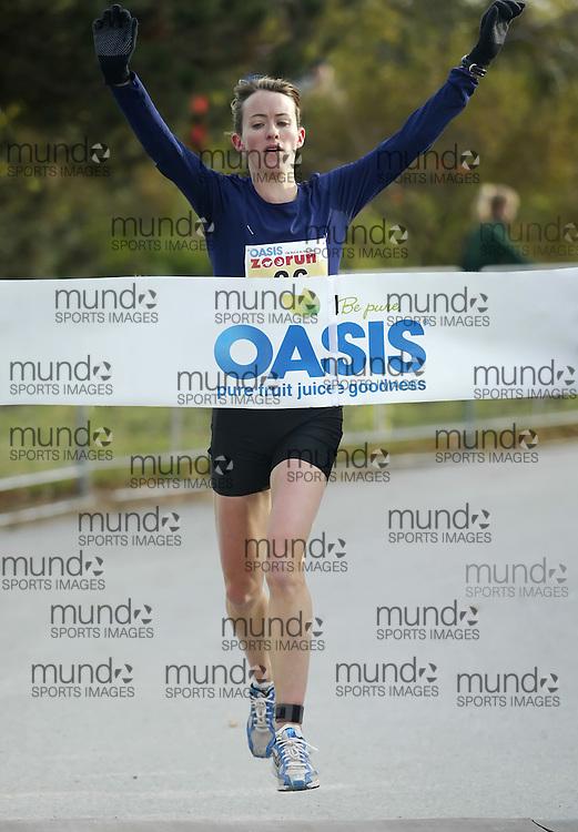 "(Toronto, Ontario -- 17 Oct 2009) Malindi Elmore running to victory in the 2009 OASIS Zoo Run 10K run and Athletics Canada national 10 km road racing championship at the Toronto Zoo. [Photo credit should read ""Sean Burges / Mundo Sport Images""]"