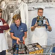 NLD/Hiuizen/20190108 - '1 Minuut gratis winkelen met Radio 538', Coen Swijnenberg en Sander lantinga en Wietze de Jager inspecteren de winkelwagen