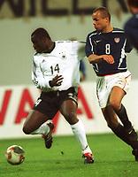 Fotball. Treningskamp. Privatlandskamp.<br /> Tyskland v USA. 27.03.2002.<br /> Gerald Asamoah, Tyskland og Earnie Stewart, USA.<br /> Foto: Valeria Witters, Digitalsport