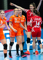 (L-R) Danick Snelder of Netherlands, Lois Abbingh of Netherlands, Camila Micijevic of Croatia, Larissa Kalaus of Croatia in action during the Women's EHF Euro 2020 match between Croatia and Netherlands at Sydbank Arena on december 06, 2020 in Kolding, Denmark (Photo by RHF Agency/Ronald Hoogendoorn)