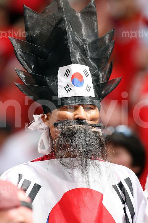 Fussball WM 2006  Gruppenspiel  Vorrunde  Suedkorea - Togo Ein koreanischer Fan auf der Tribuehne