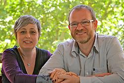 O casal de psicanalistas Mario e Diana Corso, autores de livros como Terra do Nunca em sua biblioteca. FOTO: Jefferson Bernardes/Preview.com