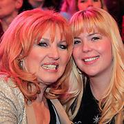 NLD/Hilversum/20130101 - 1e Liveshow Sterren dansen op het IJs 2013, Yvonne Keeley - Paay en dochter Roxanne