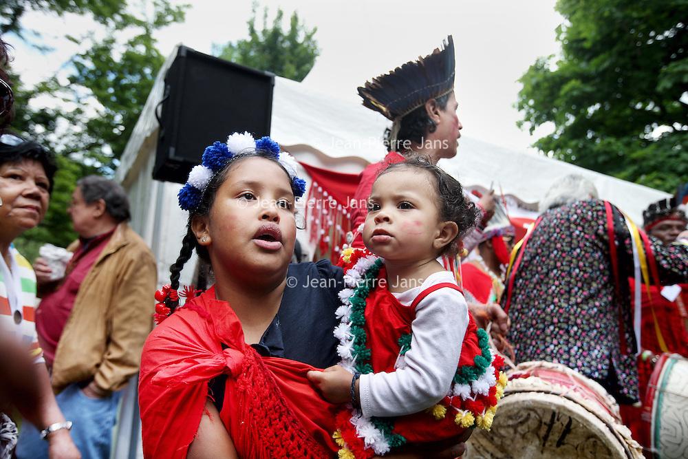 Nederland, Amsterdam , 1 juli 2013.<br /> Afschaffing Slavernij Herdenking in het Oosterpark.<br /> Na afloop van de herdenking zorgt het jaarlijkse Keti Koti festival voor een vrolijkere sfeer. Keti Koti betekent 'Verbroken Ketenen' in het Surinaams, en symboliseert de afschaffing van de slavernij. Het Keti Koti Festival viert jaarlijks vrijheid, gelijkheid en verbondenheid met een kleurrijke explosie van vreugde in het Oosterpark. Op vier podia zijn multiculturele muziek- en dansoptredens en in het hele park kan men genieten van traditioneel eten en drinken, lezingen, films, een Caribische markt en kunst.<br /> Op de foto: De Nederlandse Shamaan Willem Koning (midden achtergrond) tijdens de inwijdingsplechtigheid bij de Surinaams Indiaanse tent.<br /> <br /> <br /> <br /> Foto:Jean-Pierre Jans