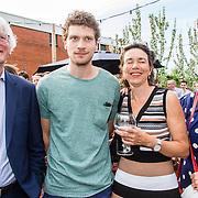 NLD/Amsterdam/20160509 - Boekpresentatie 'Het boek van Jet', Kees van Nieuwkerk met zijn moeder Karin van Munster en zijn oma en opa