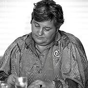 NLD/Huizen/19900312 - Politica Erica Terpstra in bejaardentehuis de Marke Huizen op politiek cafe