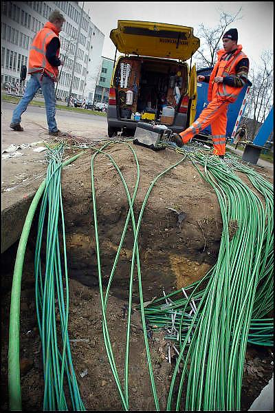Nederland, Nijmegen, 17-3-2004kabels voor de nieuwe verkeerslichten worden in de grond gelegd bij een kruising. Gat graven. Imtech, elektrotechniek, verkeersregeling, stoplichten, elektriciteitFoto: Flip Franssen/Hollandse Hoogte