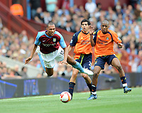 Fotball<br /> England<br /> Foto: Fotosports/Digitalsport<br /> NORWAY ONLY<br /> <br /> Aston Villa v Manchester City Premier League 17.08.08 <br /> <br /> John Carew Aston Villa & Kelvin Etuhu Manchester City