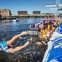 Nederland, Amsterdam, 24 augustus 2016.<br /> Zomer in de stad.<br /> Zomerse pret bij het strandje en terras van Amsterdam Roest op Jacob Bontiusplaats.<br /> <br /> <br /> <br /> Foto: Jean-Pierre Jans