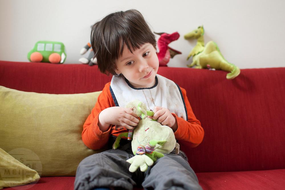 Op de bak met zijn favoriete knuffel 'Kikker'.<br /> <br /> On the couch with his favorite stuffed animal 'Kikker' (froggy).