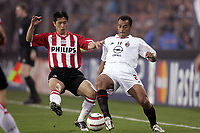 Fotball<br /> Foto: Dppi/Digitalsport<br /> NORWAY ONLY<br /> <br /> PHILIPS STADION - EINDHOVEN 04/05/2005 <br /> CHAMPIONS LEAGUE - SEMI - FINALS 2 LEG<br /> <br /> PSV EINDHOVEN - AC MILAN 3-1<br /> <br /> YOUNG PYO LEE (PSV) / CAFU (MIL)