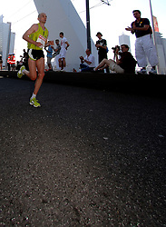 15-04-2007 ATLETIEK: FORTIS MARATHON: ROTTERDAM<br /> In Rotterdam werd zondag de 27e editie van de Marathon gehouden. De marathon werd rond de klok van 2 stilgelegd wegens de hitte en het grote aantal uitvallers / Luc Krotwaar op de Erasmusbrug, wordt uiteindelijk 1e nederlander<br /> ©2007-WWW.FOTOHOOGENDOORN.NL