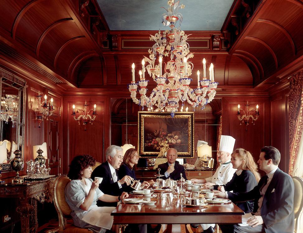 09 APR 1996 - Milano - Hotel Principe di Savoia - Suite presidenziale: il direttore e lo staff