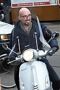 Maik de Boer op de scooter in Amsterdam