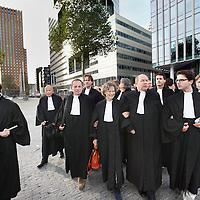 Nederland, Amsterdam , 11 november 2013.<br /> Rouwstoet advocaten richting rechtbank aan de Parnassusweg.<br /> Zo'n driehonderd advocaten staken vandaag tegen de bezuinigingsplannen van staatssecretaris van Justitie Fred Teeven (VVD). Ze demonstreren bij de rechtbank in Amsterdam, waar ze heen lopen in een 'rouwstoet', meldt Novum.<br /> <br /> Foto:Jean-Pierre Jans