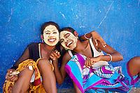 Madagascar. Tulear. Femme portant un masque traditionnel. // Madagascar. Tulear. Women Wearing Clay on Faces as Sunblock.