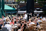 In Utrecht genieten mensen van de eerste zomerse dag van 2013 op een terras op de Neude.<br /> <br /> In Utrecht people are enjoying the first real summer day in 2013.