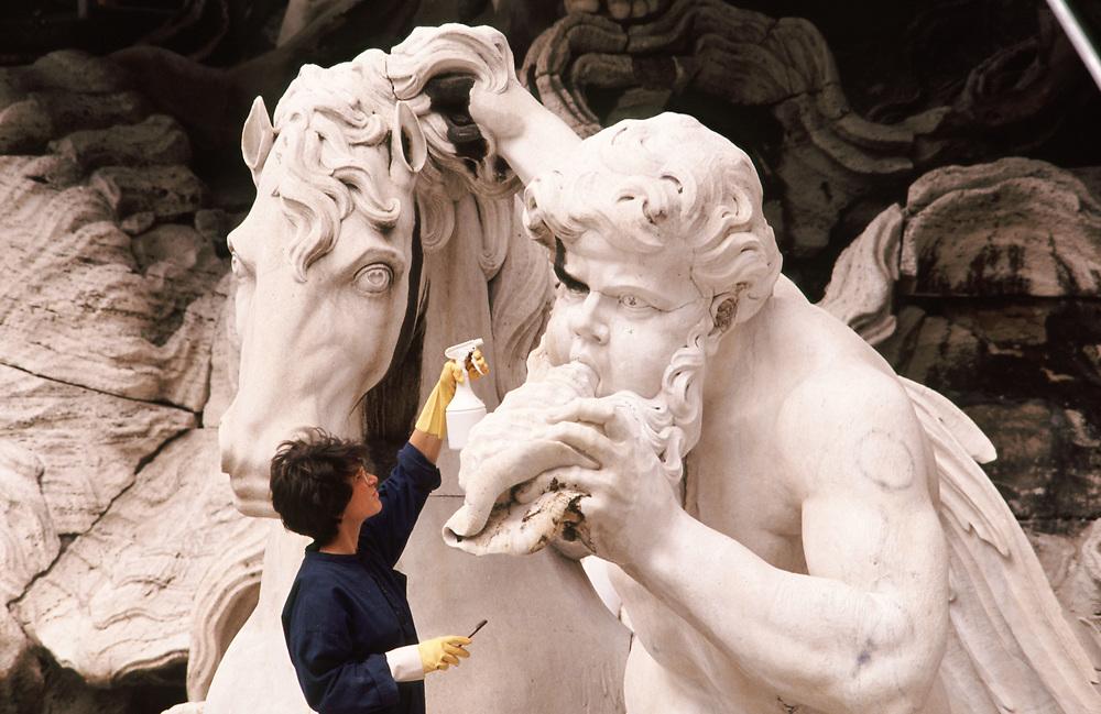 Roma, 1989. Restauratrice al lavoro alla Fontana di Trevi.<br /> Foto: Victor Sokolowicz