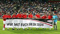 Fotball<br /> Privatlandskamp<br /> Østerrike v Ungarn<br /> Foto: Gepa/Digitalsport<br /> NORWAY ONLY<br /> <br /> 16.08.2006<br /> Zlatko Junzovic, Christoph Leitgeb, Sanel Kuljic, Martin Stranzl, Rene Aufhauser, Emanuel Pogatetz, Paul Scharner, Joachim Standfest, Ferdinand Feldhofer und Helge Payer (AUT) mit einem Euro 2008 Transparent