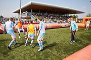 """Schiphol, zaterdag 28 mei - De Oranjeselectie vloog vanochtend vanaf Schiphol per helikopter terug naar de basis van het voetbal: de amateurclubs. Alle spelers van het Nederlands elftal en een deel van de technische staf trakteerden vandaag de jongste jeugdspelers van Blauw Wit '34 (Leeuwarden), Reiger Boys (Heerhugowaard), Sparta Enschede (Enschede), MOC '17 (Bergen op Zoom) en SV Oss 1920 (Oss) op een bijzondere Oranje Fandag. De dag werd afgesloten op de KNVB Campus waar de leden van de Oranje Kidsclub hun idolen ontmoeten. De Oranje Fandag is een initiatief van de KNVB en zijn hoofdsponsor ING.<br />  <br /> Direct na de oefeninterland tegen Ierland gisteravond in Dublin vloog de Oranjeselectie terug naar Nederland. Vanochtend om 11 uur stonden op Schiphol de helikopters klaar waarmee de internationals naar de vijf amateurclubs in het land vlogen. Op de verenigingen werden onder andere de welpen (jongens en meisjes van 4 tot 6 jaar) en kinderen met een beperking getrakteerd op tal van voetbalactiviteiten. De spelers van het Nederlands elftal hebben dit begeleid.<br />  <br /> Onvergetelijke dag<br /> Kevin Strootman, die gisteravond na een afwezigheid van ruim twee jaar terugkeerde in het Nederlands elftal en in Dublin de aanvoerdersband droeg, reageert enthousiast. """"Toen ik als vijfjarig ventje bij v.v. Rijsoord (Ridderkerk) ging spelen, was ik helemaal gek van Patrick Kluivert en Edgar Davids. Ik droomde ervan net als zij ooit in het Nederlands elftal te spelen. Daarom is het zo leuk dat wij de kids hebben kunnen verrassen en een balletje met ze hebben getrapt. Hopelijk is het voor de spelertjes, maar ook voor de vrijwilligers en fans een onvergetelijke dag geworden.""""<br />  <br /> <br />  <br /> <br /> foto: ANP/Wim Hollemans<br /> <br /> Het onderschrift dat de klant aanlevert. Met daarna de volgende zin: **Foto en bijschrift vallen buiten verantwoordelijkheid van de Algemene Nieuwsdienst van het ANP. Foto is vrij van rechten en mag alleen redactioneel gebru"""