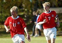 Per Egil Flo fra Stryn og Peter Orry Larsen fra Skavøypoll, begge G15-landslaget. <br /> <br /> Fotball G15: Norge - Frankrike 0-4. Privatlandskamp. Moelv, 28. september 2004. (Foto: Peter Tubaas/Digitalsport).